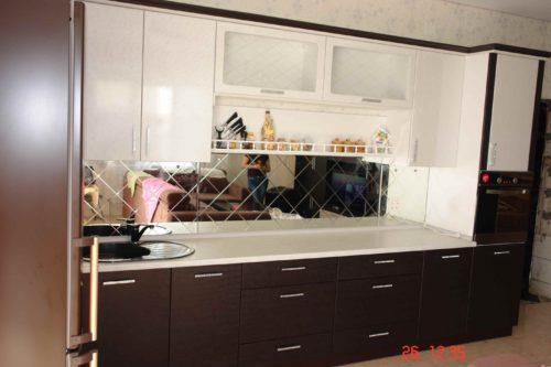 Угловая кухня с зеркалной панелью