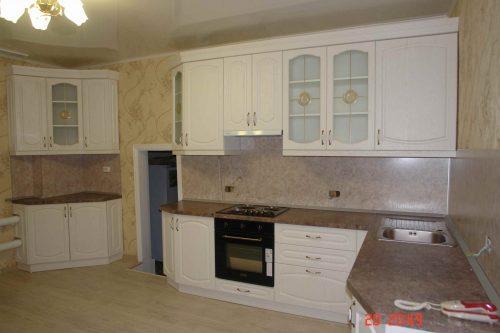 Угловой кухонный гарнитур со скошенными дверками
