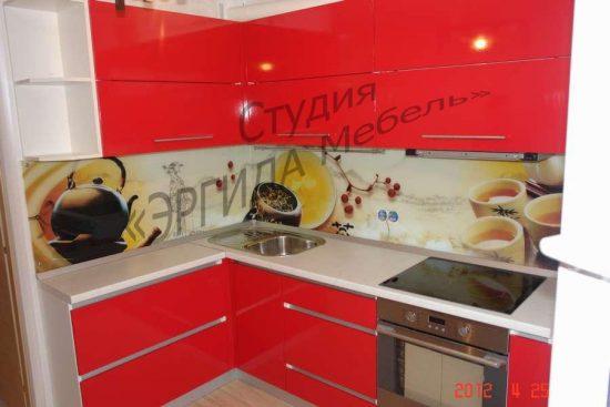 Кухонный гарнитур из МДФ с фасадами и закаленным стеклом