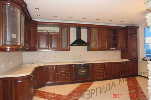 Угловая кухня для большого помещения