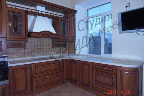 Кухня угловая с мойкой под окном