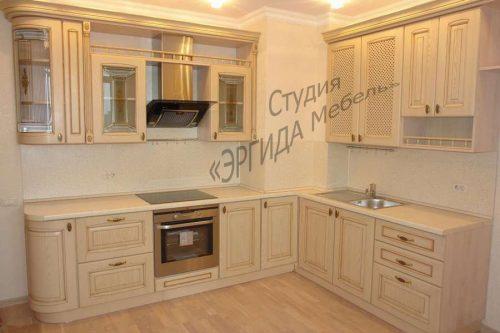 Угловая кухня с выступом стены