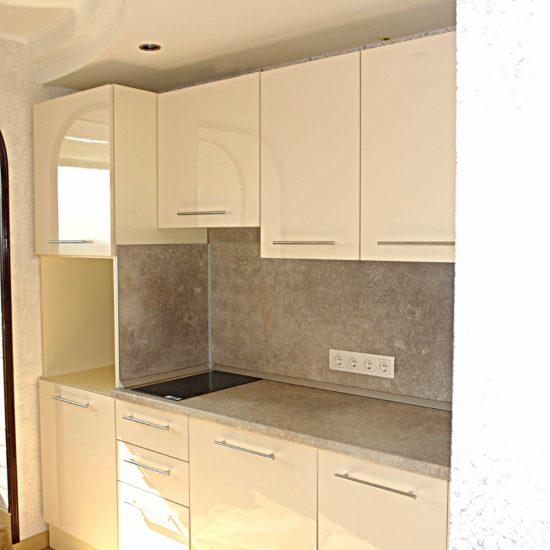 Кухня Зебрано с пеналом для встроенной техники