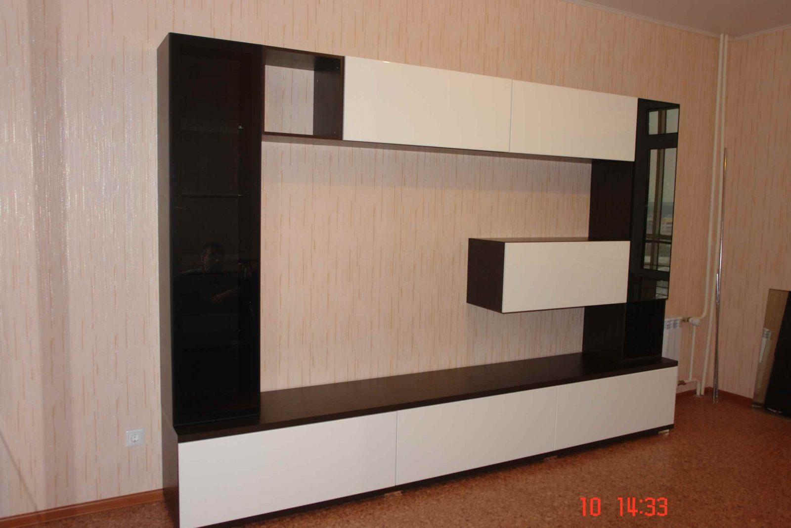 Гостинная с выкатными ящиками и крашеными фасадами МДФ