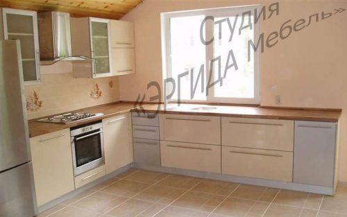 Кухня с мойкой под окном