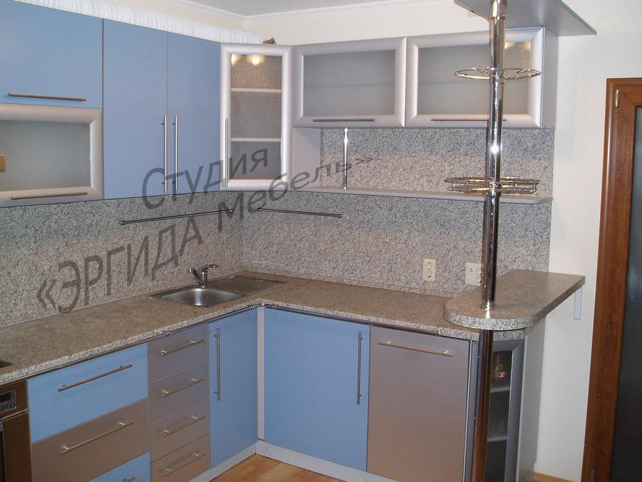 Кухня Ева с комбинированными фасадами и барной стойкой