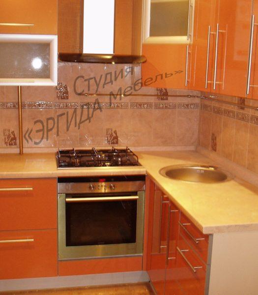 Маленькая кухня с фасадами из пластика