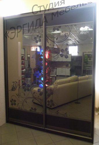 Шкаф-купе, зеркало с пескоструйным рисунком и подсветкой внутри